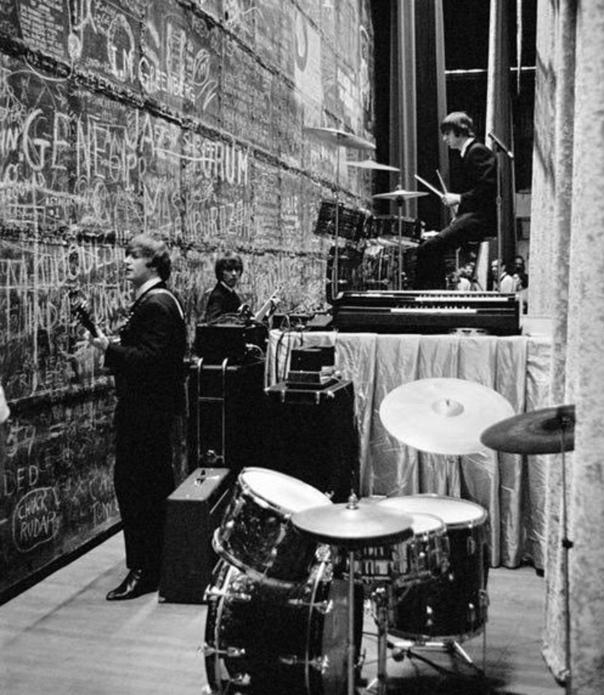 The Beatles, on tour of the USA, at the Public Auditorium, Cleveland, Ohio, (backstage) / 15 сентября 1964